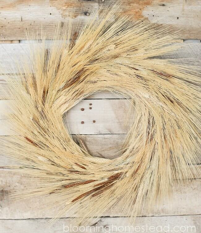 This gorgeous fall wreath made with wheat stalks has me swooning - a must-have!