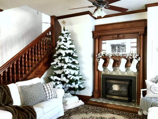 Christmas home decor ideas: THIS is how I want to decorate my home - lots of white and neutrals - without spending a ton of money!