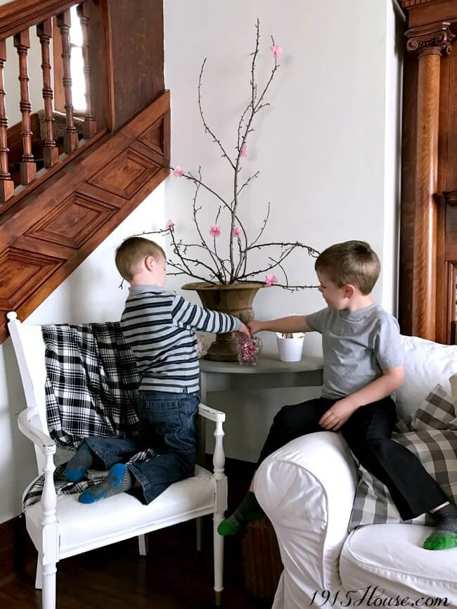 Easy tips and tricks to decorate my home for Spring. Lots of fun, simple spring home decor ideas that WON'T break the bank. Now I can create a beautiful Spring home on a budget.