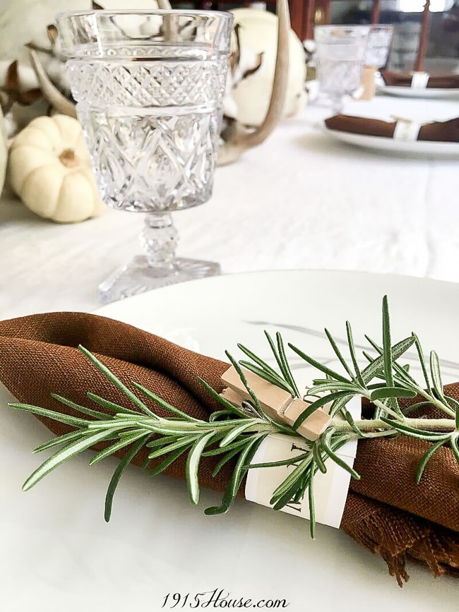 How to save money on a Thanksgiving tablescape - great tips and ideas here!