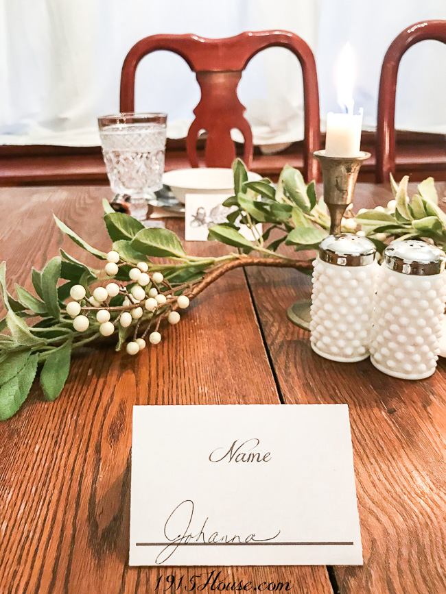 These FREE vintage oak and acorn place card printables will help keep your table and pot luck organized and stress free.
