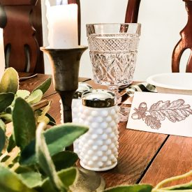These FREE printable place cards with vintage oak leaf and acorns will help keep your table and pot luck organized and stress free.